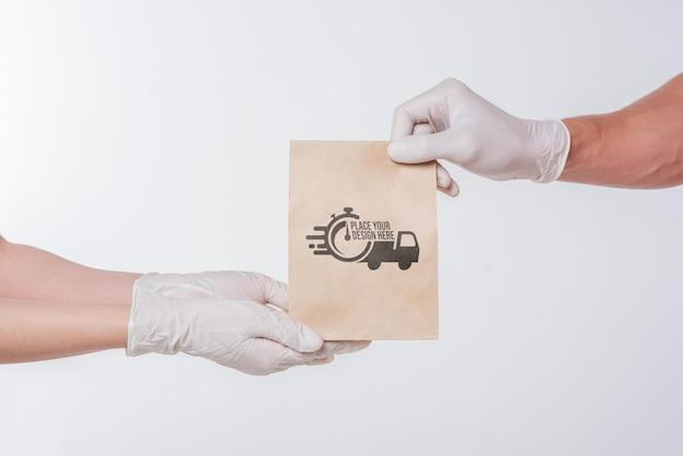Repartidor entregando una bolsa de papel a tiempo