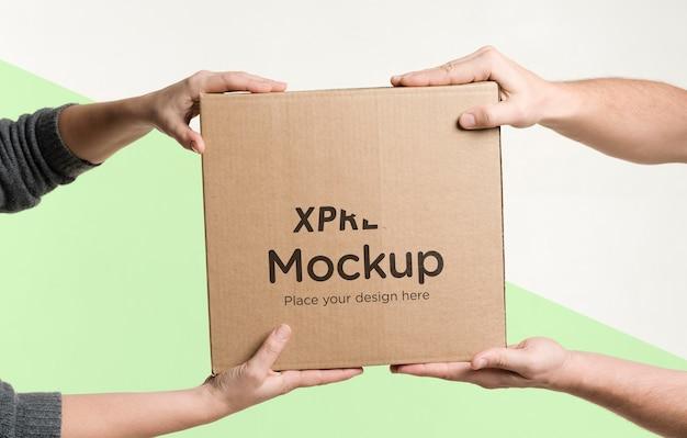 Repartidor entregando una caja a un cliente