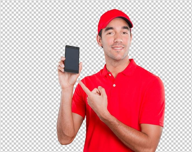 Repartidor feliz usando un móvil