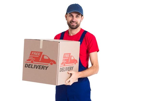 Repartidor gratuito sin parar sosteniendo una caja