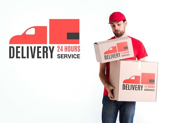 Repartidor gratuito sin parar sosteniendo las cajas