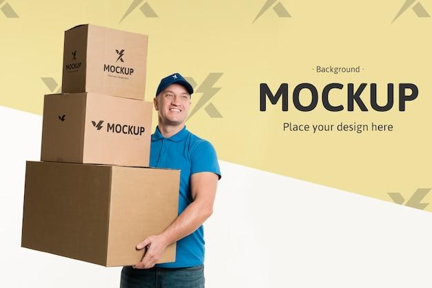Repartidor sosteniendo un montón de cajas