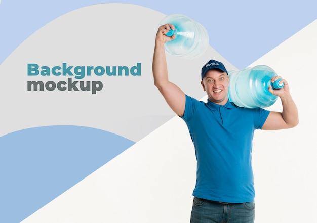 Repartidor de vista frontal sosteniendo grandes botellas de agua