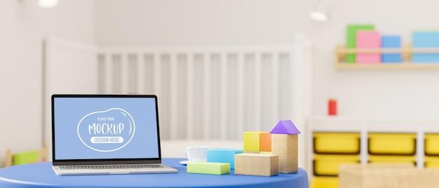 Representación 3d de la pantalla de la maqueta de la computadora portátil en la mesa redonda con juguetes en el dormitorio del niño