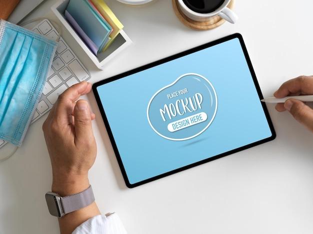 Representación 3d de la sala de la oficina en casa con maqueta de tableta