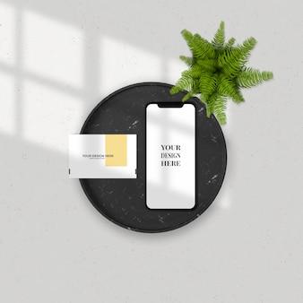 Representación 3d de tarjeta de visita y teléfono inteligente en la bandeja de mármol para simulacro de trabajo.
