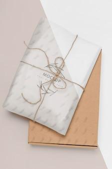 Residuo cero envuelto presente con maqueta de caja de cartón