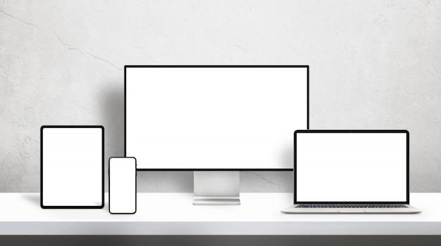 Responsieve apparaten op bureau met geïsoleerd scherm voor mockup op bureau