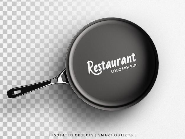Restaurant culinair logo mockup op koken koekenpan bovenaanzicht geïsoleerd