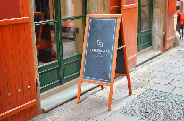 Restaurant schoolbord mockup op straat in de stad