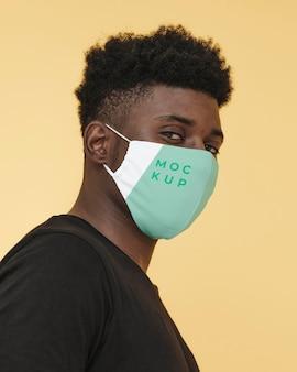 Retrato de hombre joven con máscara de covid