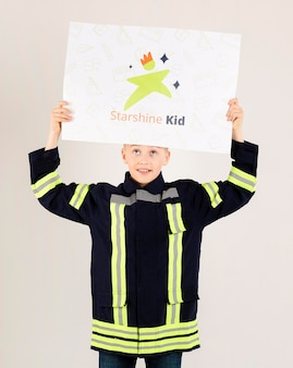 Retrato de joven haciéndose pasar por bombero