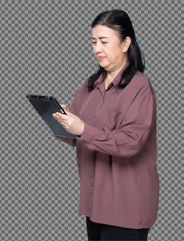 Retrato de medio cuerpo de los años 60 años 70, camisa púrpura de pelo negro de mujer asiática mayor, uso de tableta digital. la abuela mayor usa los medios sociales de la tableta vista frontal trasera lateral trasera sobre fondo blanco aislado