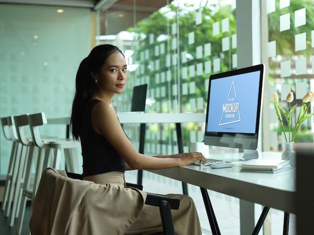 Retrato de mujer emprendedora con maqueta de computadora