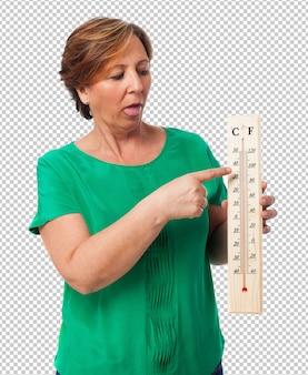 Retrato de una mujer madura sudando por el calor