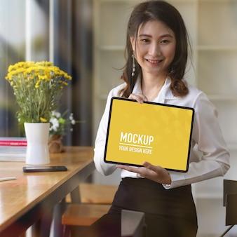 Retrato de mujer mostrando maqueta de tableta digital