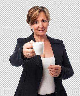 Retrato de una mujer de negocios maduros que ofrece una taza de café