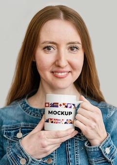 Retrato de mujer sosteniendo una taza