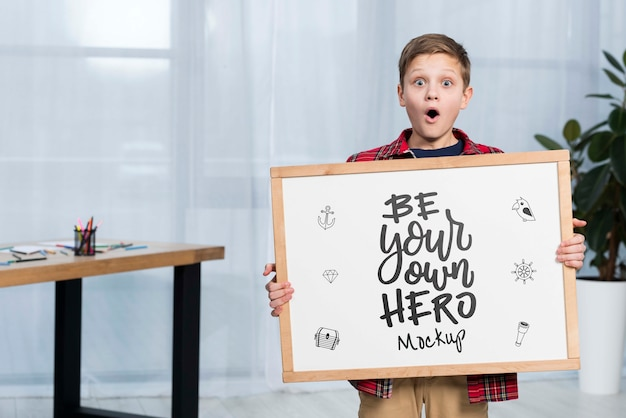 Retrato de niño con cartel de maqueta