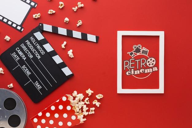 Retro bioscoopmodel en filmklepelbord