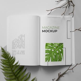 Revista abierta y surtido de plantas plano.