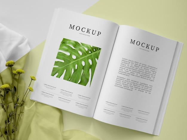 Revista abierta vista superior y surtido de plantas.