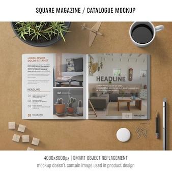 Revista cuadrada o maqueta de catálogo con café y objetos