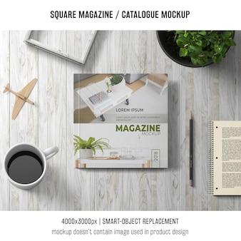 Revista cuadrada o maqueta de catálogo con café
