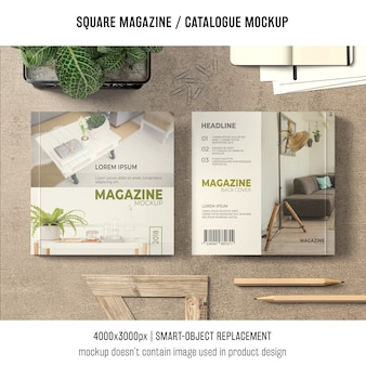 Revista cuadrada o maqueta de catálogo en la mesa