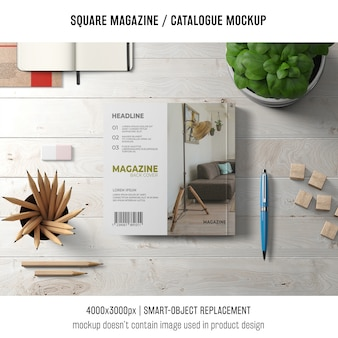 Revista cuadrada o maqueta de catálogo con objetos