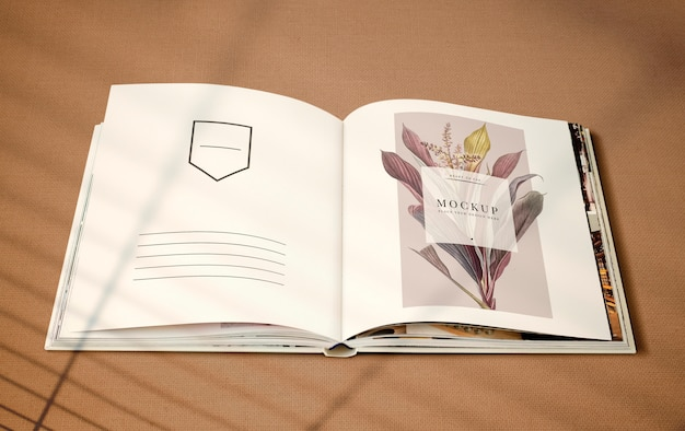 Revista floral maqueta con espacio en blanco.
