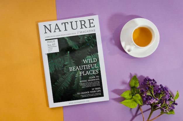 Revista de naturaleza junto a la taza de café y lavanda
