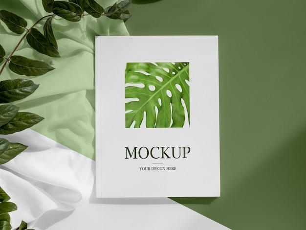 Revista y surtido de hojas en plano