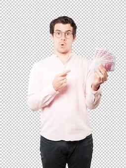 Rijke jonge man aanhouden van geld met zijn handen