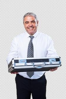 Rijpe mens die een koffer houdt