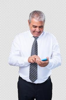 Rijpe mens die mobiel houdt