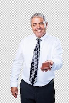 Rijpe zakenman die een portefeuille houdt