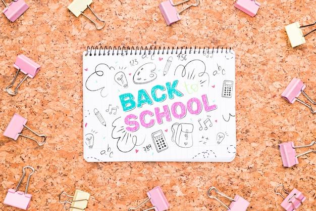 Ritorno a scuola disegno accanto alle clip mock-up