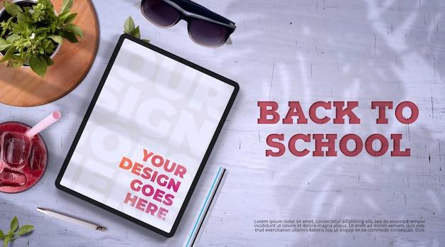 Ritorno a scuola mockup con tablet e alimenti biologici
