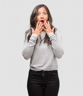Ritratto di giovane donna indiana sorpresa e scioccata, guardando con gli occhi spalancati, eccitata da un'offerta o da un nuovo lavoro, vince il concetto