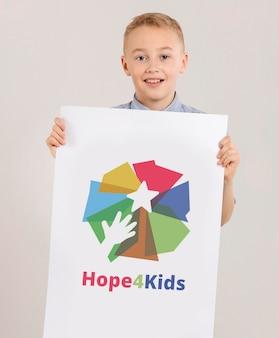 Ritratto di giovane ragazzo con cartello mock-up