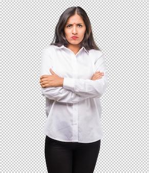 Ritratto di una giovane donna indiana molto arrabbiata e sconvolta, molto tesa, urlante furiosa, negativa e pazza