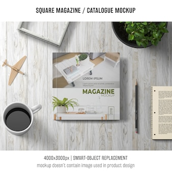 Rivista quadrata o catalogo mockup con caffè