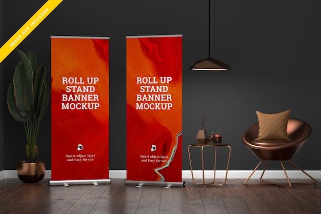 Roll up banner stand mockup en la sala de estar.