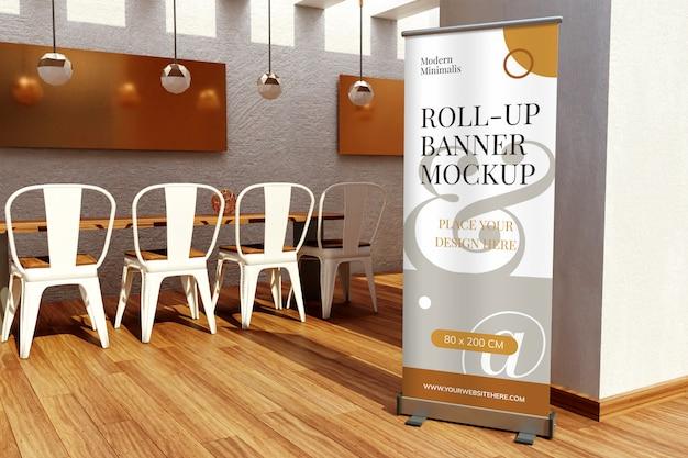 Roll up maqueta de banner de pie dentro del restaurante
