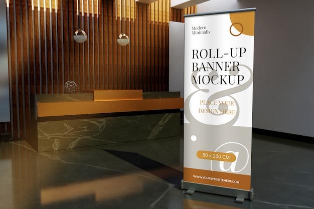 Roll-up staande banner mockup aan de voorkant van de receptie hotel