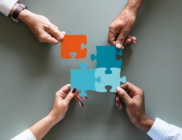 Rompecabezas de cooperación de trabajo en equipo de negocios aislado