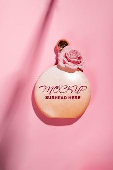 Rosa prodotti cosmetici naturali gel, lozione, siero o toner rose su rosa
