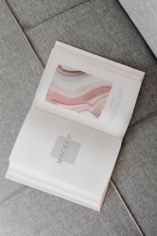 Roze notitieboekje op de vloer Premium Psd