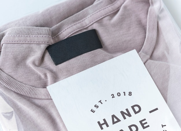 Roze top in een plastic pakketmodel